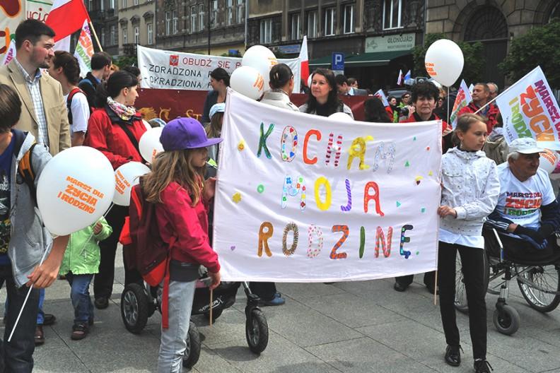 Zdjęcie z pięknego i barwnego Marszu dla Życia. Środowiska LGBT w pierwszej kolejności starająsię uderzyć w dzieci. Fot.: z książki