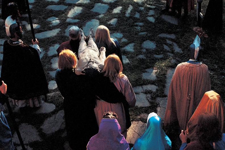 Marzec 1982. Misterium Pasyjne. Złożenie Chrystusa do grobu. Fot.  Adam Bujak, album Kalwaria