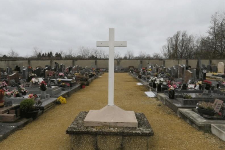 Cmentarz w miejscowości Bernes-sur-Oise we Francji  Fot. contre-info.com