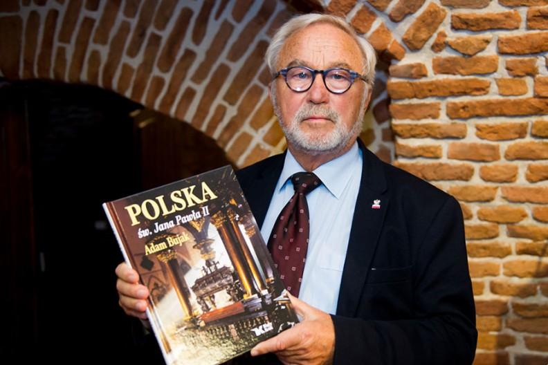 """Adam Bujak z najnowszym albumem """"Polska św. Jana Pawła II""""."""