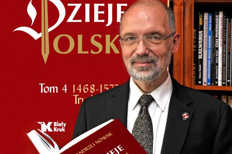 Prof. Andrzej Nowak odznaczony Orderem Orła Białego. Na zdjęciu widać prof. Andrzeja Nowaka z czwartym tomem
