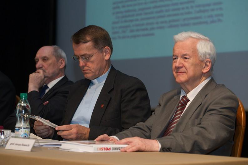 Prof. Janusz Kawecki, członek KRRiT (po prawej), a obok niego ks. prof. Dariusz Oko oraz Antoni Macierewicz. Fot.: Michał Klag/Biały Kruk