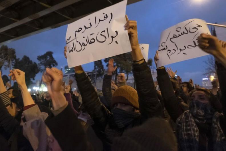 Demonstracja w Teheranie 11 stycznia 2020  Fot. Morteza Nikoubazl/NurPhoto via Getty Images