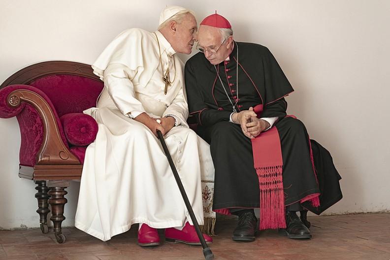 """Kadr z filmu """"Dwóch papieży"""", Anthony Hopkins jako papież Benedykt XVI i Jonathan Pryce jako kard. Jorge Bergoglio, późniejszy papież Franciszek. Fot. Netflix/PeterMountain"""