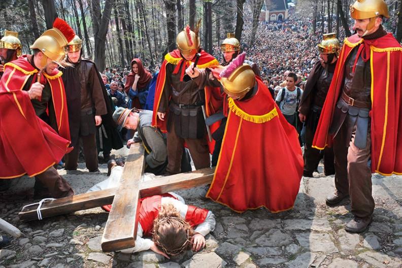 Jezus upada pod krzyżem, misteria wKalwariiZebrzydowskiej.