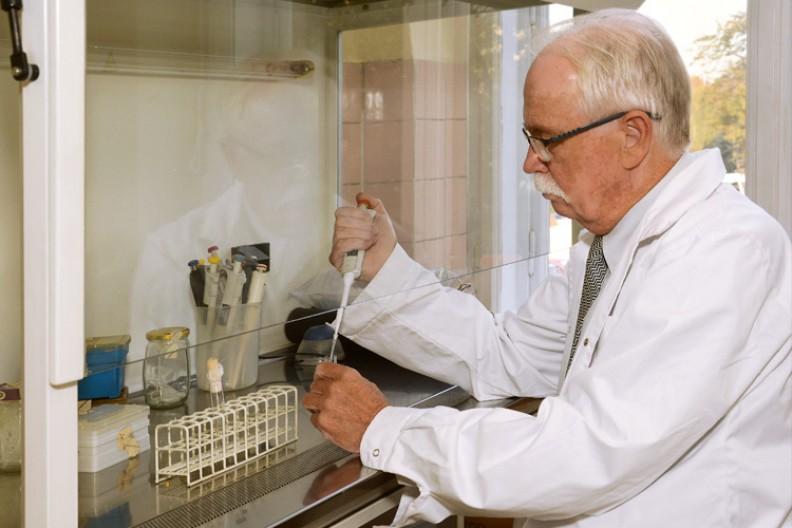 Prof. Janusz Marcinkiewicz, jeden z czołowych immunologów na świecie, podczas pracy w laboratorium. Fot.: Biały Kruk