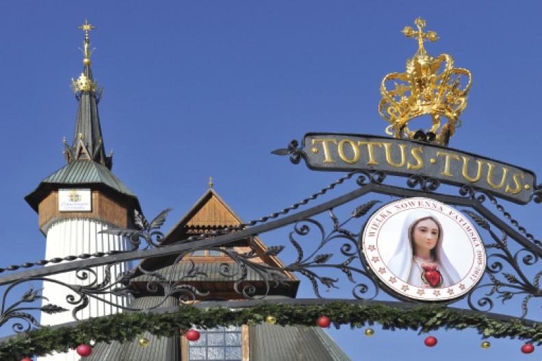 Wiele mówiące zwieńczenie bramy prowadzącej do zakopiańskiego sanktuarium Matki Bożej Fatimskiej na Krzeptówkach. Zawiera ono trzy ważne elementy – wizerunek  Pani Różańcowej, koronę Maryi oraz hasło pontyfikatu św.Jana PawłaII świadczące ojego osobistym zawierzeniuNiepokalanej.