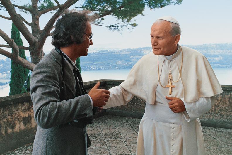Adam Bujak z Ojcem Świętym Janem Pawłem II na tarasie Pałacu Papieskiego w Castel Gandolfo.