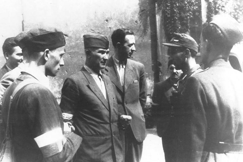 """Pułkownik """"Monter"""" (pośrodku, w furażerce) wraz oficerami BIP. Zdjęcie wykonane nieopodal Poczty Głównej przy pl. Napoleona. fot. domena publiczna"""