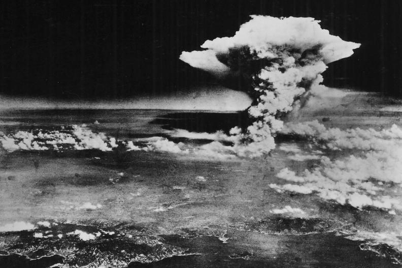 Chmura pyłu unosząca się nad Hiroszimą po wybuchu bomby atomowej, fot. Armia USA