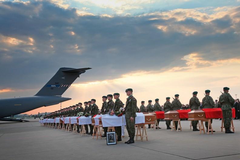 Powitanie 34 ciał ofiar katastrofy smoleńskiej. Lotnisko wojskowe na Okęciu, 15 kwietnia 2010. fot. PAP