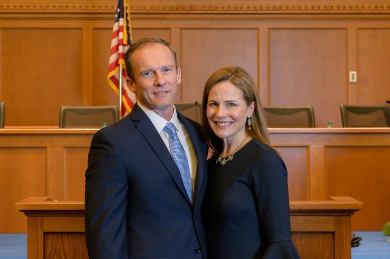 Sędzia Amy Barrett z mężem. By VWEAA - Own work, CC BY-SA 4.0, https://commons.wikimedia.org/w/index.php?curid=92960553
