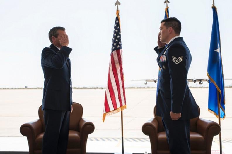 Generał dywizji Sił Powietrznych Stanów Zjednoczonych Barry Cornish, dowódca 12. Sił Powietrznych, oddaje salut sierż. Benjaminowi Brudnickiemu, z 48. Dywizjonu Ratunkowego, podczas ceremonii wręczenia Brązowej Gwiazdy w Bazie Sił Powietrznych Davis-Monthan w Arizonie, 1 października 2020 r. Brudnicki za swoją waleczność podczas misji w Afganistanie w zeszłym roku otrzymał Brązową Gwiazdę. Fot. JACOB T. STEPHENS / U.S. SIŁY POWIETRZNE