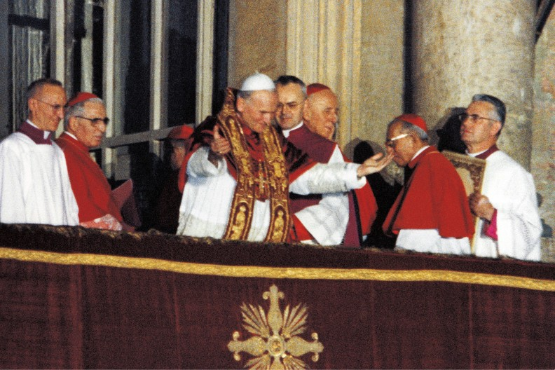 """O godz. 19.20 16 października 1978 r. nowy papież Jan Paweł II ukazał się w Loży Błogosławieństw Bazyliki św. Piotra i pozdrowił zgromadzonych przed świątynią wiernych słowami """"Niech będzie pochwalony Jezus Chrystus!""""."""