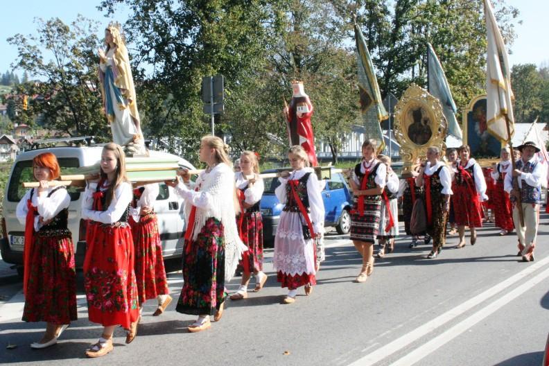 Jako ludzie wierzący chcemy także manifestować swoją wiarę w przestrzeni publicznej. Na zdjęciu fragment procesji w czasie odpustu parafialnego w Krościenku nad Dunajcem (2011) fot. by Happa - Praca własna, CC BY 3.0, https://commons.wikimedia.org/w/index.php?curid=16838858