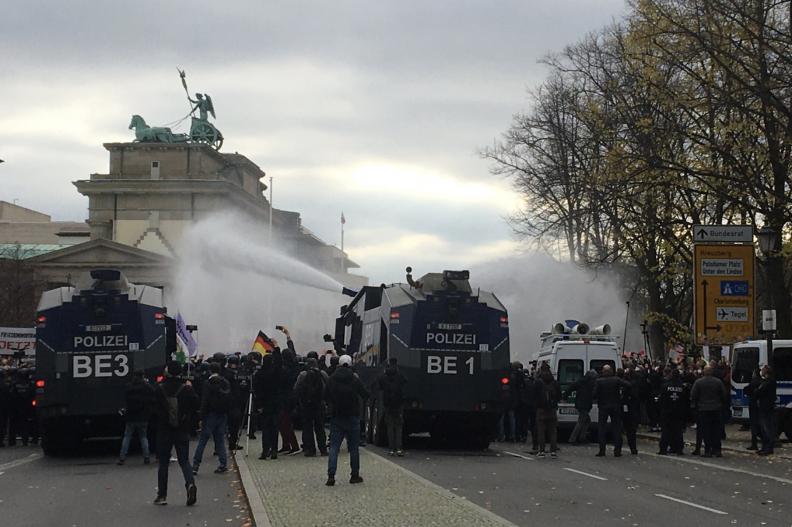 Niemiecka policja rozbija demonstracjęarmatkami wodnymi. Fot.: https://twitter.com/DanielLuecking