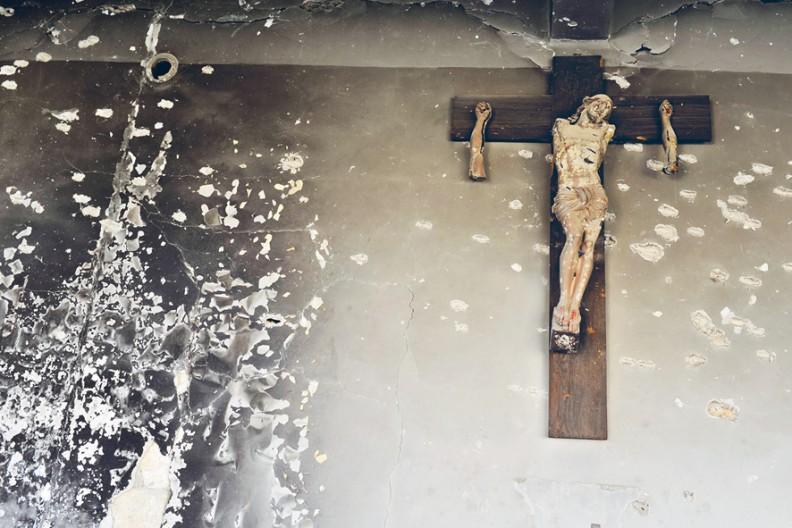 Nienawiść do katolików to niestety coraz częstsze zjawisko. Na zdjęciu krzyż zniszczony przez dżihadystów. fot. Adam Bujak z albumu
