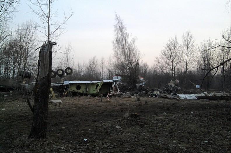 Podwozie Tu-154M na miejscu katastrofy (11 kwietnia 2010), fot. by User:staszewski, PRS Team.net - Praca własna, CC BY-SA 2.5, https://commons.wikimedia.org/w/index.php?curid=10266532