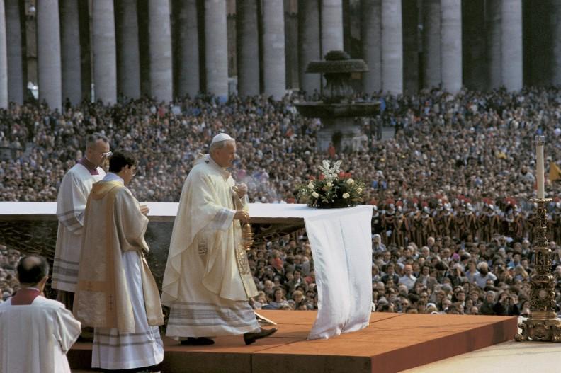 W uroczystej Mszy Św. Wielkanocnej uczestniczyło wiele osób, wiele milionów ludzi oglądało transmisję telewizyjną.