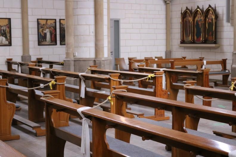 Polskie parafie różnymi sposobami starają się dostosować liczbę wiernych w kościołach do obowiązujących przepisów. Fot. Pixabay