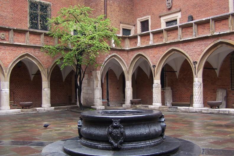 Collegium Maius, historyczny budynek Uniwersytetu Jagiellońskiego. Nawet ta najstarsza polska uczelnia nie pozostaje wolna od lewicowych wpływów. Fot. autorstwa Lestat (Jan Mehlich) - Praca własna, CC BY-SA 3.0, https://commons.wikimedia.org/w/index.php?curid=3957582