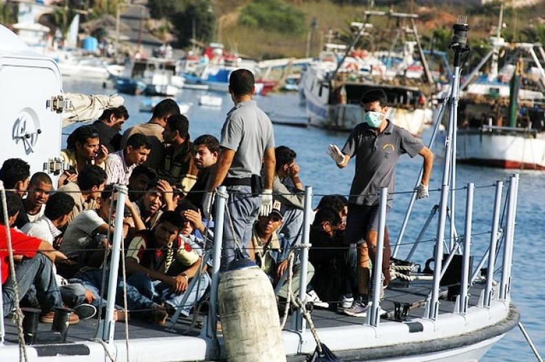 Grupa imigrantów chcących dostać się do Europy. fot. autorstwa Sara Prestianni / Noborder Network, CC BY 2.0, https://commons.wikimedia.org/w/index.php?curid=13291993