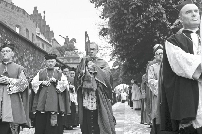8 maja 1966 r. Wyjście milenijnej procesji ku czci św. Stanisława z Wawelu na Skałkę. Na pierwszym planie dawny katecheta Karola Wojtyły ks. prob. Kazimierz Figlewicz (1903-83), kanonik kapituły katedralnej i kustosz skarbów wawelskich, postać wielce zasłużona dla Kościoła i kultury polskiej. Niesie skarb Katedry Wawelskiej słynną włócznię św. Maurycego, którą w 1000 r. w Gnieźnie Otton III podarował Bolesławowi Chrobremu. To najważniejszy zabytek w Polsce, bo z chwilą jej wręczenia Chrobremu Polska stała się suwerenna. fot. Adam Bujak z albumu