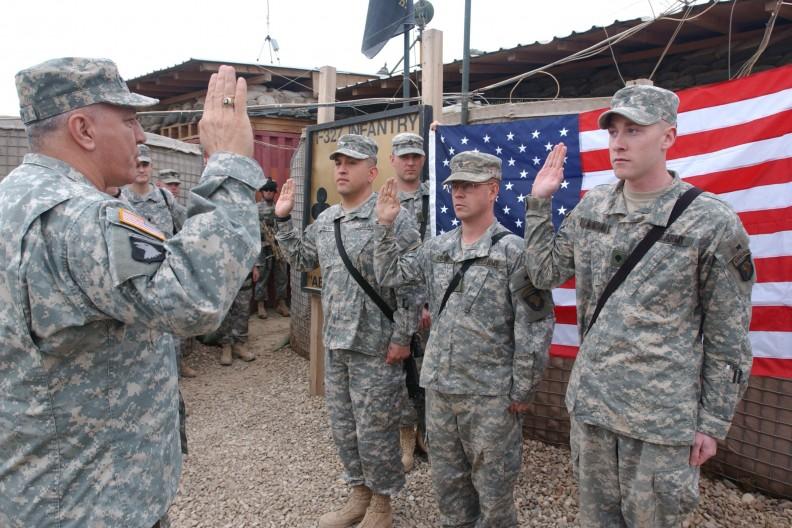 Żołnierze amerykańscy podczas składania przysięgi. Zdjęcie ilustracyjne, fot. Wikipedia