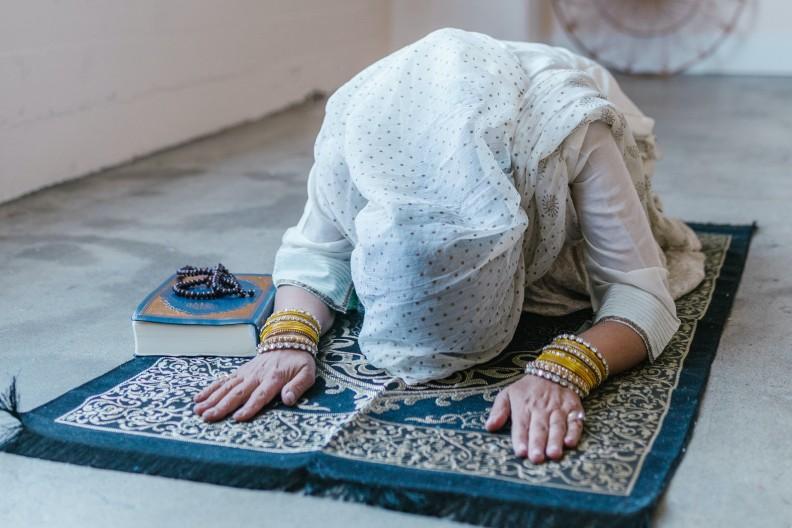 Modlący się muzułmanie to obecnie częsty widok w krajach Starego Kontynentu. fot. Pexels