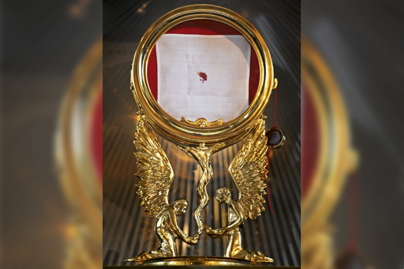 Kustodia zawierająca korporał z Cząstką Ciała Pańskiego - widoczny znak cudu eucharystycznego w Sokółce z 12 października 2008r. fot. Adam Bujak z albumu