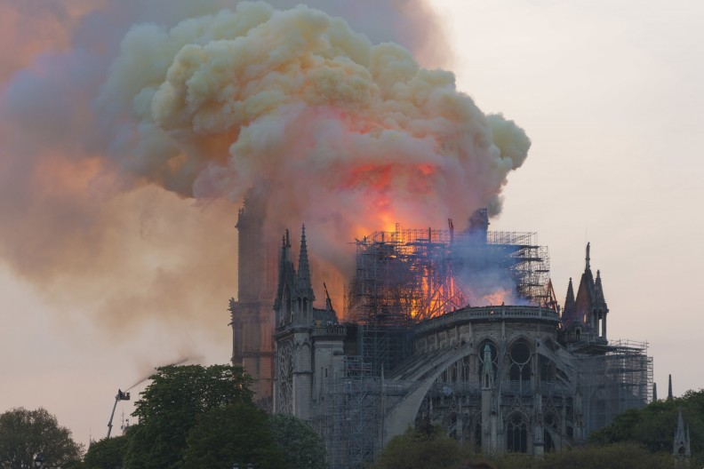 Pożar zabytkowej, monumentalnej katedry Notre-Dame to znak naszych czasów, w których jesteśmy świadkami spychania wiary katolickiej na margines życia społecznego, politycznego… fot. autorstwa GodefroyParis - Praca własna, CC BY-SA 4.0, https://commons.wikimedia.org/w/index.php?curid=78090147