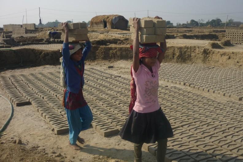 Dziewczynki pracujące w fabryce cegieł w Nepalu, fot. autorstwa Krish Dulal - Praca własna, CC BY-SA 3.0, https://commons.wikimedia.org/w/index.php?curid=17450228