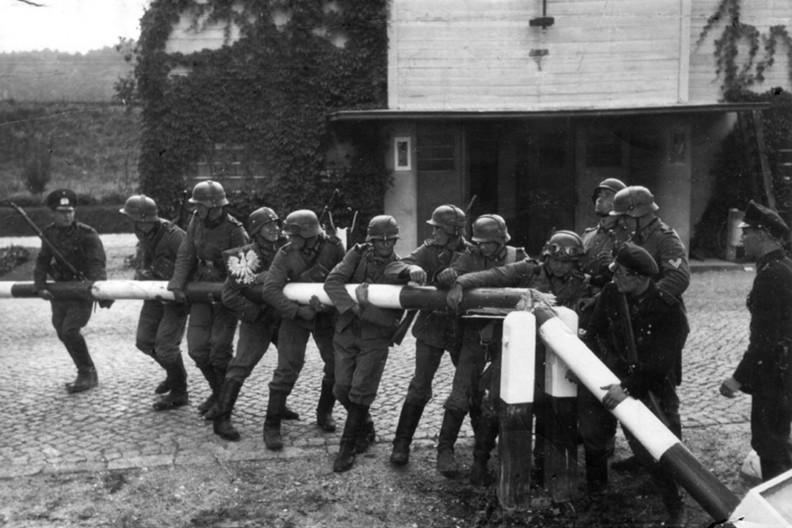 Niemcy pouczają inne kraje Unii Europejskiej, mimo iż nie uporały się jeszcze z własną, zbrodniczą przeszłością. Na zdjęciu Niemcy wkraczają do Polski 1 września 1939 roku (propagandowe zdjęcie pozowane).