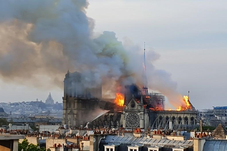Ciosem dla katolików we Francji i nie tylko był pożar paryskiej katedry Notre Dame. Na zdjęciu ogień widziany z Ministerstwa Szkolnictwa Wyższego o godz. 19:38 15 kwietnia 2019r. fot. par Marind — Travail personnel, CC BY-SA 4.0, https://commons.wikimedia.org/w/index.php?curid=78161109