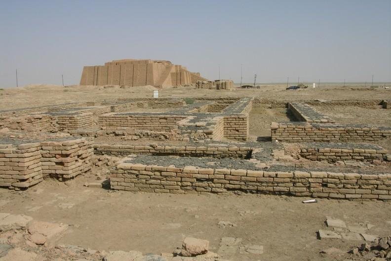 Widok na częściowo zrekonstruowane ruiny miasta Ur. Fot. autorstwa M.Lubinski z Iraq,USA. - Flickr, CC BY-SA 2.0, https://commons.wikimedia.org/w/index.php?curid=3065765