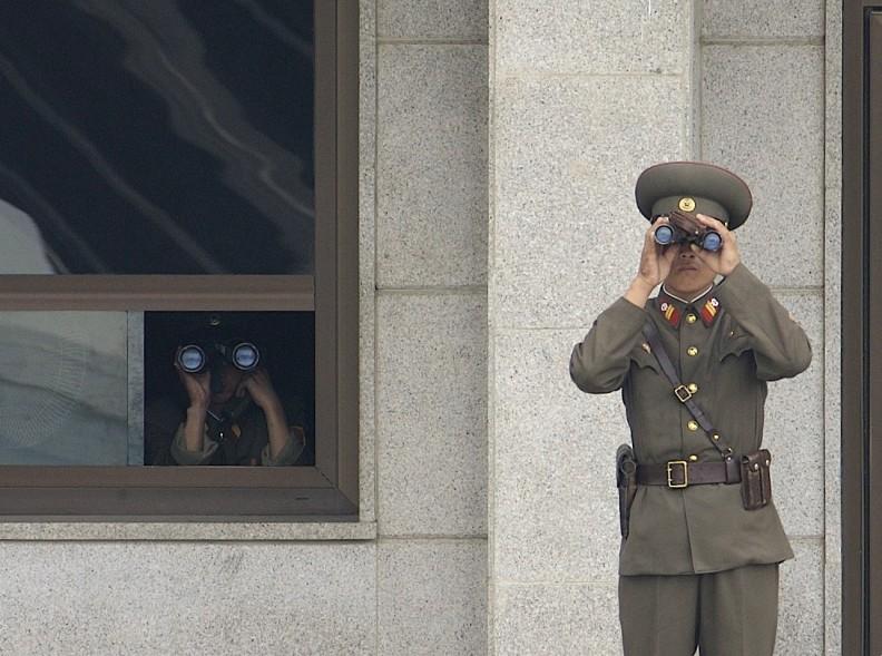 Żołnierze Koreańskiej Armii Ludowej obserwują południową część strefy zdemilitaryzowanej na granicy obu Korei. Komunistyczny reżim musi mieć pełną kontrolę nad obywatelami. Fot. Wikipedia