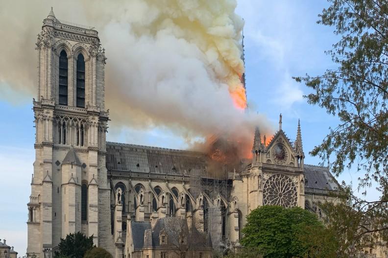 Dziś kościoły niestety naprawdę płoną, i to zarówno w Kanadzie, jak i w Europie. Na zdjęciu pożar paryskiej katedry Notre Dame. fot. Wandrille de Préville — Travail personnel, CC BY-SA 4.0, https://commons.wikimedia.org/w/index.php?curid=78085901