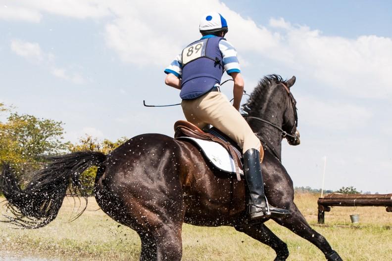 Jeździectwo jest dyscypliną olimpijską od wielu dekad, a kontrole antydopingowe są obecnie w stanie wykryć coraz więcej niedozwolonych substancji. Mimo to ludzie nadal ulegają pokusie sięgnięcia po chemiczne wspomaganie możliwości swojego organizmu. Zdjęcie ilustracyjne. Fot. Pexels