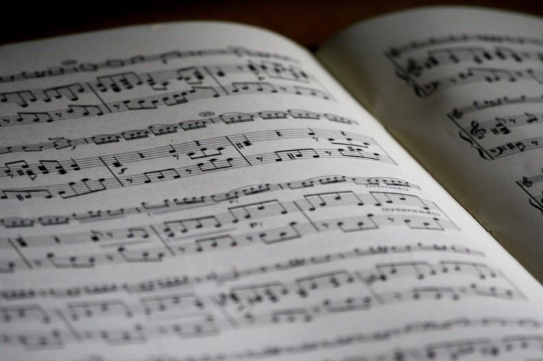 Szczególnie muzyka klasyczna znana jest ze swojego dobroczynnego wpływu na człowieka. Fot. Pexels