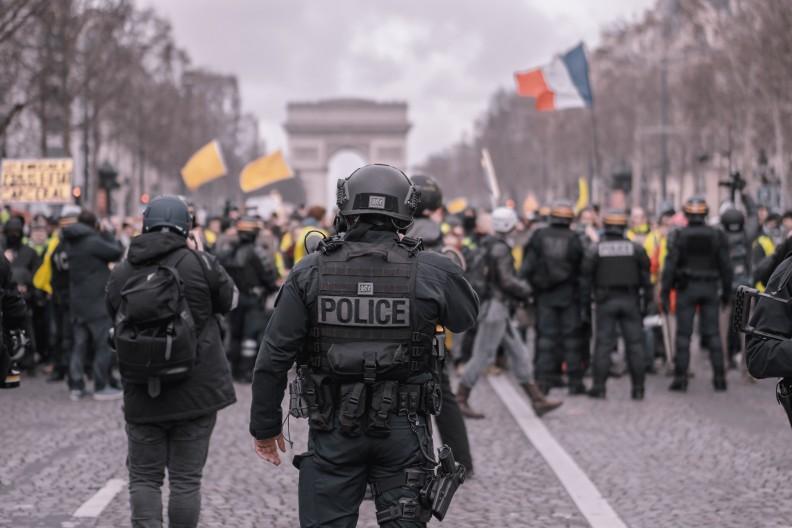 Praca policjantów jest jeszcze trudniejsza w krajach, które zmagają się z problemami nielegalnych imigrantów. Zdjęcie ilustracyjne, fot. Pexels