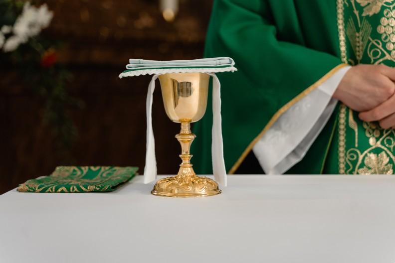 Zło szczególnie atakuje kapłanów, którzy są szafarzami sakramentów świętych. fot. Pexels