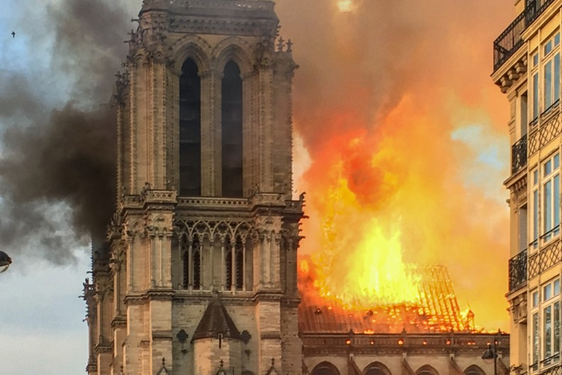 Tragiczny pożar dosięgnął kolejnej katolickiej świątyni, szczególnie bliskiej sercom Polaków mieszkających w Glasgow. Na zdjęciu płonąca w 2019 roku katedra Notre Dame w Paryżu. fot. by LeLaisserPasserA38 - File:Incendie Notre Dame de Paris.jpg, CC BY-SA 4.0, https://commons.wikimedia.org/w/index.php?curid=78291544
