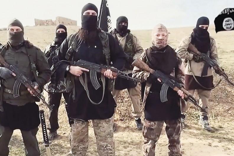"""Wiele z zasad i postaw wyznawców islamu budzi słuszny strach. Szczególnie wiele zła wyrządziło tzw. Państwo Islamskie, którego zwolennicy pojawiali się w wielu krajach całego świata. fot. z książki """"Imigranci u bram"""", wyd. Biały Kruk"""