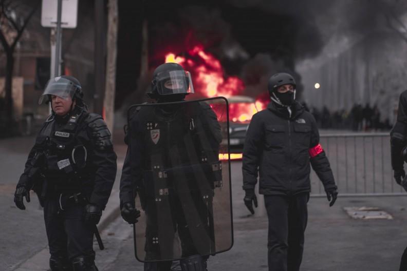 Ze względu na większą częstotliwość aktów przemocy praca we francuskiej policji robi się coraz bardziej niebezpieczna. fot. Pexels