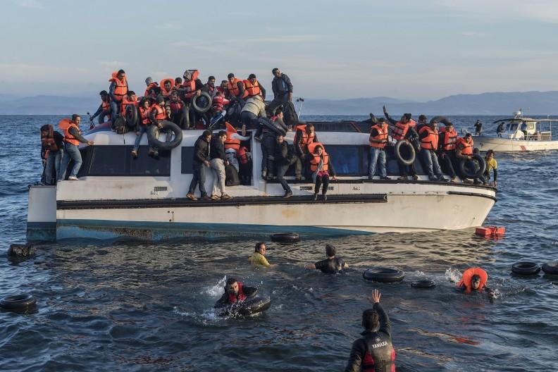 Uchodźcy z Syrii i Iraku w drodze na jedną z greckich wysp. Fot. Ggia, CC BY-SA 4.0 https://creativecommons.org/licenses/by-sa/4.0, Wikimedia Commons