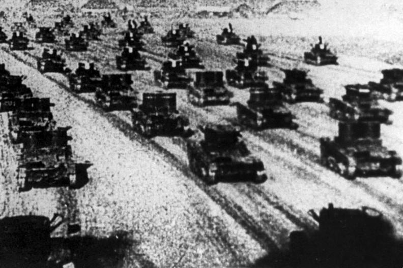 Czołgi sowieckie jadące na Polskę. fot. Reprodukcja WFD /PAP