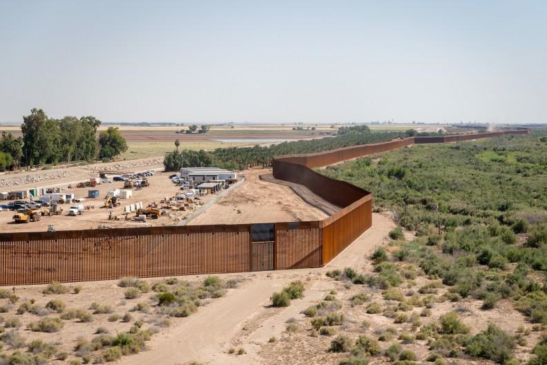 Donald Trump za swojej kadencji zbudował mur chroniący newralgiczne granice Stanów Zjednoczonych. Na zdjęciu fragment ogrodzenia w rejonie Yumy w Arizonie w czerwcu 2020.  Fot. Wikipedia