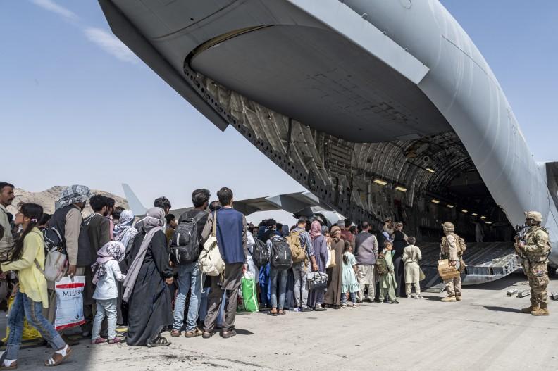 Amerykańscy żołnierze i Afgańczycy ewakuujący się z Kabulu w sierpniu 2021, po zajęciu miasta przez Talibów. Fot. Wikipedia