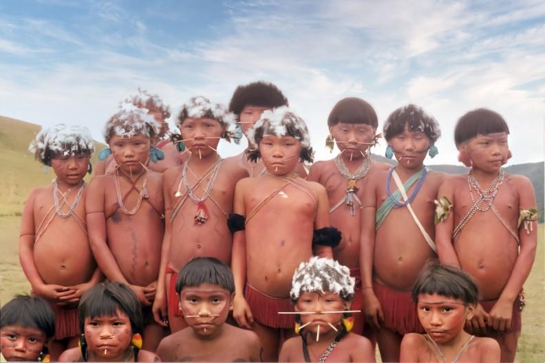 Dzieci z plemienia Yanomami zamieszkującego m.in. Wenezuelę. Istnieją przypuszczenia, że członkowie plemienia są potomkami pierwszych mieszkańców Ameryki Południowej. Fot. Wikipedia; Autor nie został podany w rozpoznawalny automatycznie sposób. Założono, że to Ambar~commonswiki (w oparciu o szablon praw autorskich). - Źródło nie zostało podane w rozpoznawalny automatycznie sposób. Założono, że to praca własna (w oparciu o szablon praw autorskich)., CC BY-SA 3.0, https://commons.wikimedia.org/w/index.php?curid=1602664