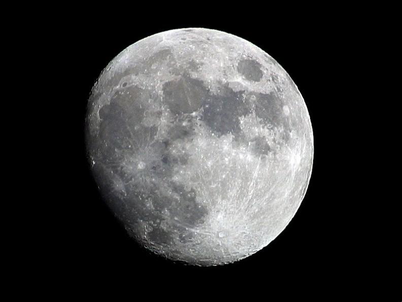 Księżyc widziany z Ziemi.